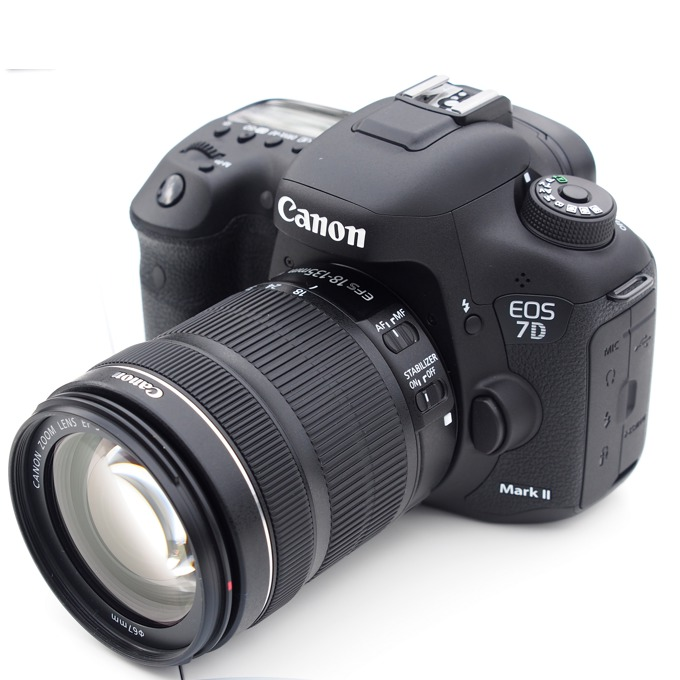"Canon EOS 7D MARK II в комплект с обектив Canon EF-S 18-135mm IS STM, водо/прахоустойчив, 20.2Mpix, 3.0""(7.62cm) LCD Display, 1080p Full HD Video, micro HDMI, micro USB, SDXC слот image"